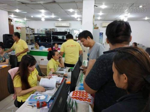 Đông đảo người hâm mộ đã đến mua miếng dán cờ Việt Nam tại trung tâm In Kỹ Thuật Số - 365 Lê Quang Định, phường 5, Bình Thạnh, HCM