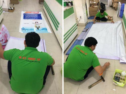 Các nhân viên gia công in ấn luốn sẵn sàng hoàn thiện hàng in ngay khi vừa in xong - Trong hình là công đoạn gia công cuốn biên, đóng khoen in bạt hiflex giá rẻ TPHCM