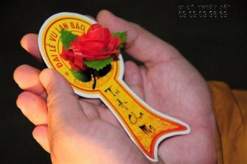 In đuôi nheo bông hồng cài áo, hoa cài áo Vu Lan - in vải silk nội dung sự kiện