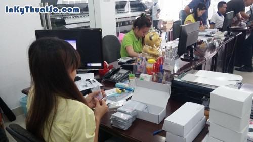 Kiểm tra thẻ nhựa trước khi giao hàng tại Công ty TNHH In Kỹ Thuật Số, 546, Huyen Nguyen, InKyThuatso.com, 15/04/2014 13:09:33