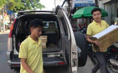 Đội ngũ giao hàng in ấn được trang bị ô tô, xe máy để đảm bảo đơn hàng được giao đúng thời hạn, đem lại sự an tâm cho khách hàng