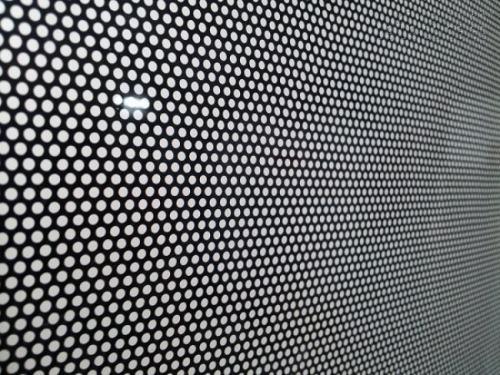 Decal lưới được cấu tạo từ những nhỏ li ti nên được sử dụng trong trang trí tạo hiệu ứng rất tốt