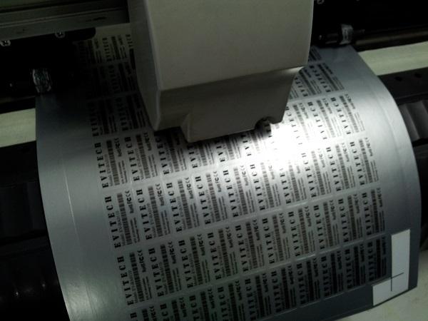 Gia công bế tem bạc trên máy bế hiện đại - đầu đọc mắt thần