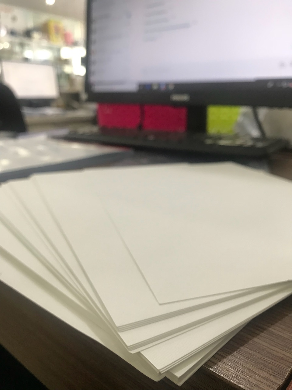 Các loại giấy in mỹ thuật có giá thành cao không phù hợp để lựa chọn in ấn tờ rơi vì sẽ phát sinh chi phí cao.