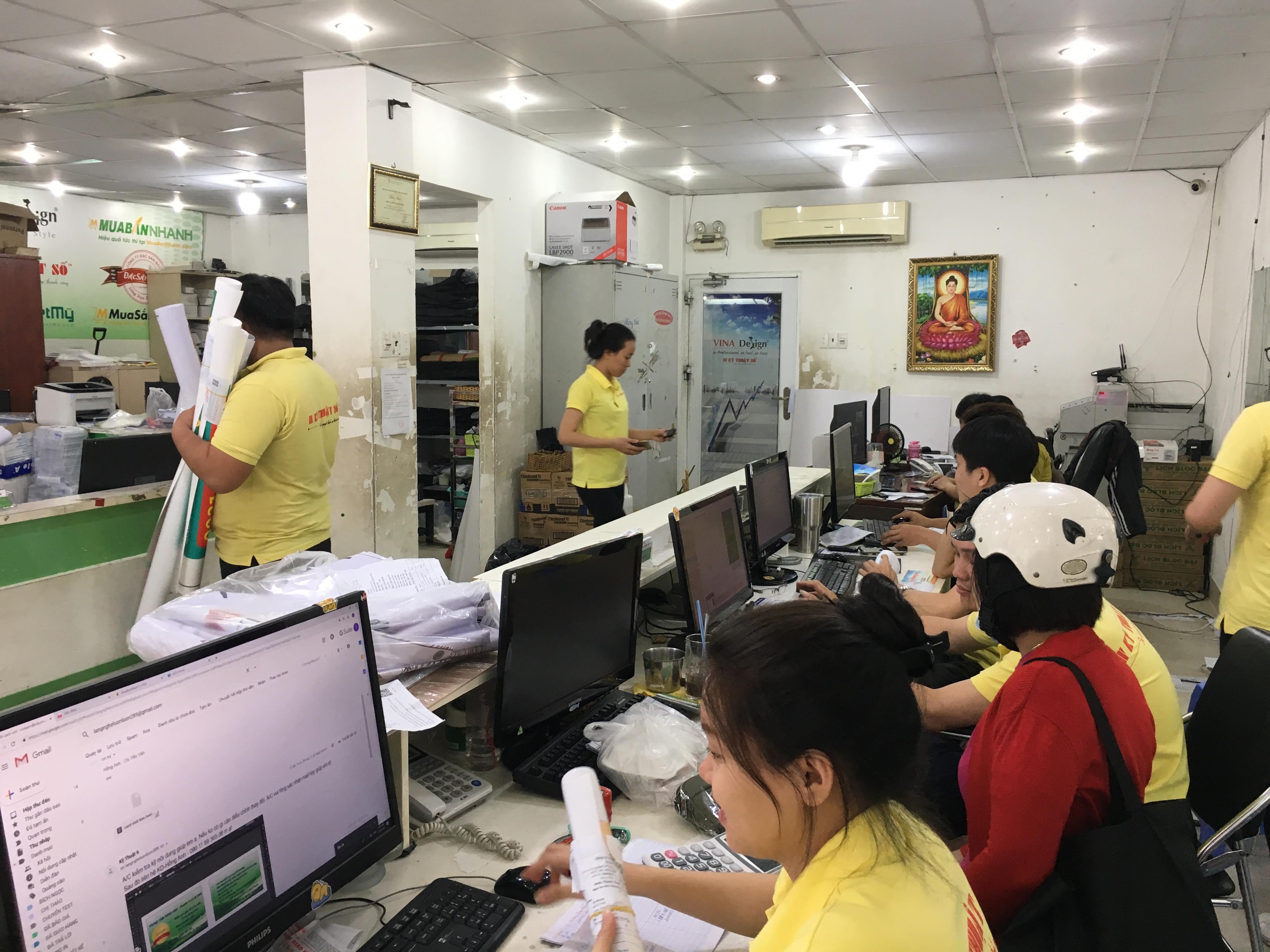 Khách hàng làm file in tem bạc cùng nhân viên thiết kế