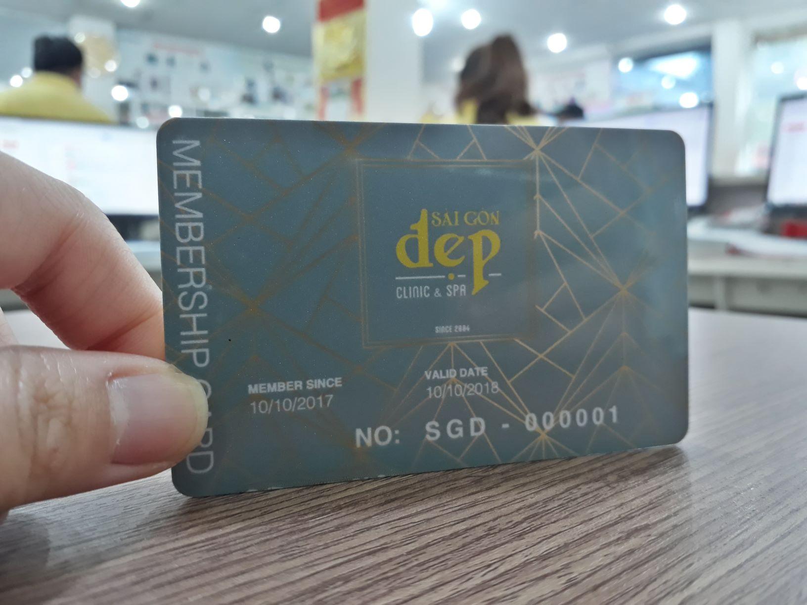 Thẻ nhựa cao cấp luôn thể hiện sự sang trọng, thường được sử dụng để làm thẻ cho VIP, sếp,...