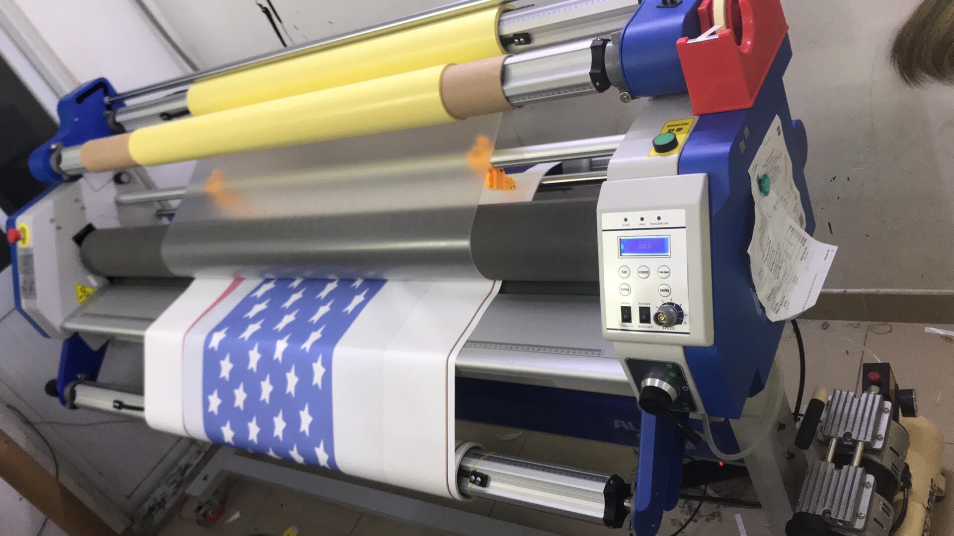 Máy cán màng giấy ảnh hiện đại, giúp bảo vệ bề mặt ảnh, giúp mực không lem