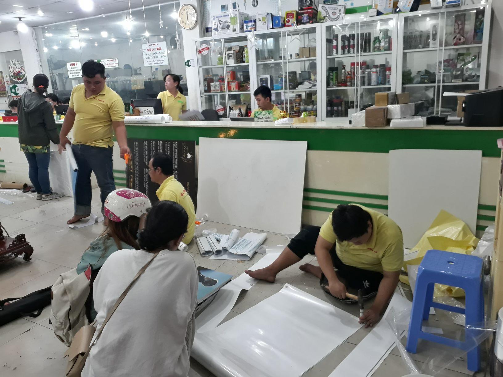 Nhân viên gia công hỗ trợ khách hoàn thiện sản phẩm