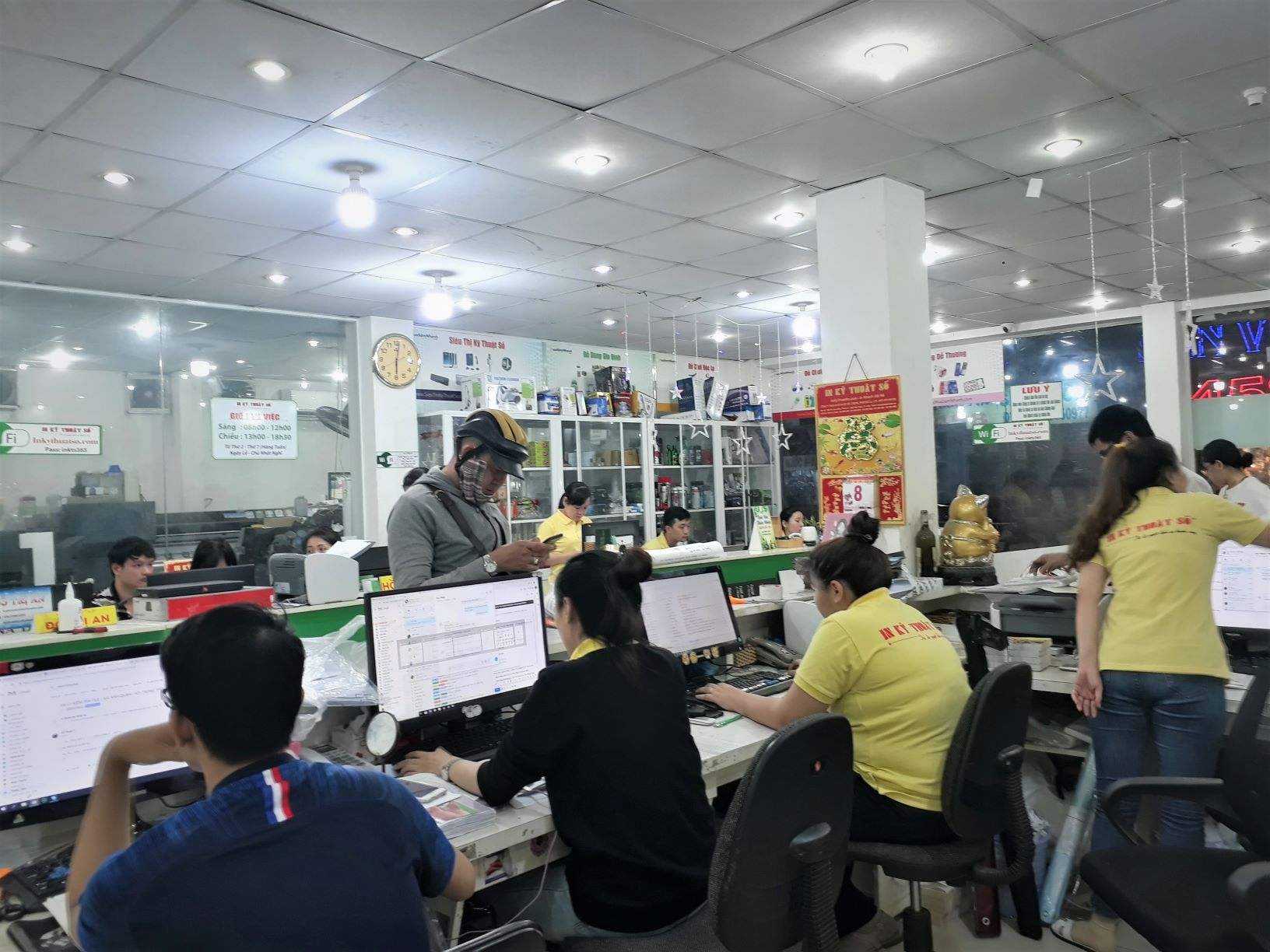 Nhân viên kinh doanh tại InKyThuatSo luôn hỗ trợ báo giá cho khách hàng