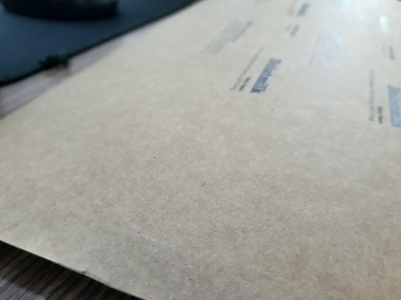 Chất liệu giấy Kraft dùng để in túi giấy với màu vàng nâu đặc trưng
