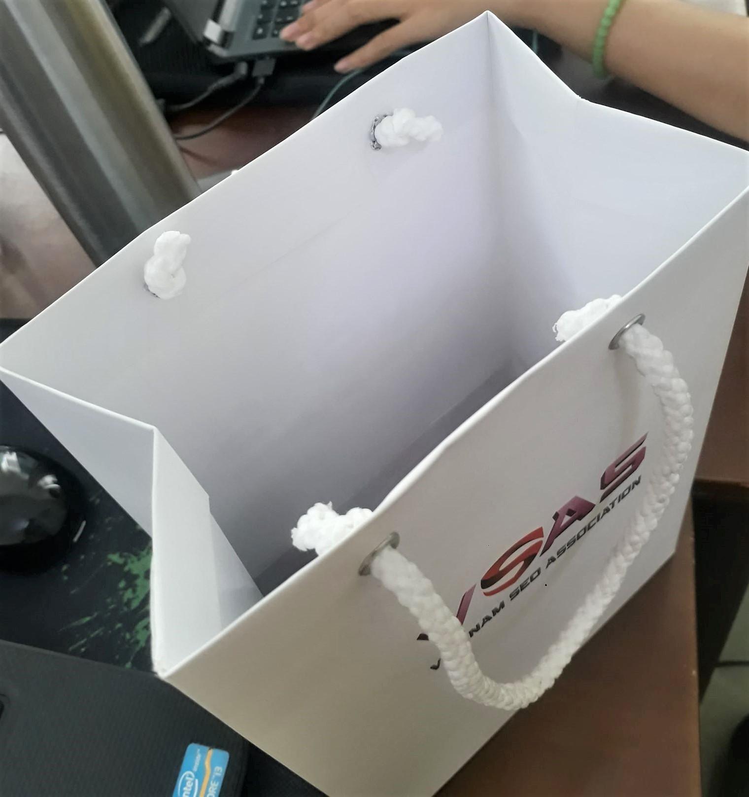 Đóng khoen túi giấy là khâu gia công giúp túi giấy khó rách khi xách