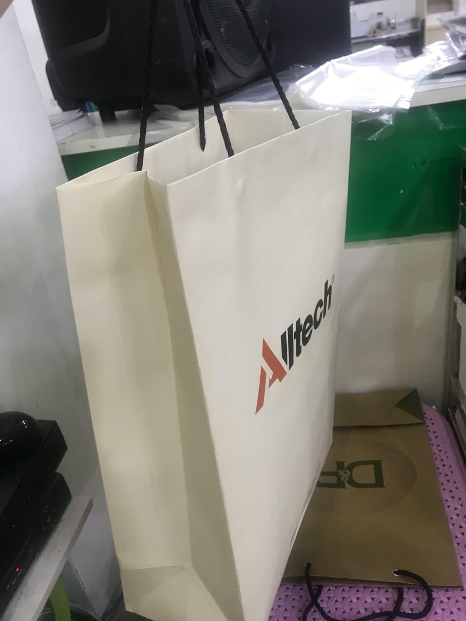 Túi giấy đựng quà có dây tiện lợi