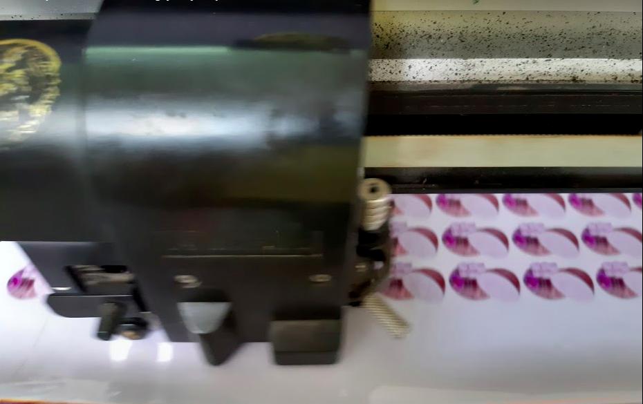 Máy bế tem nhãn với đầu đọc kỹ thuật số