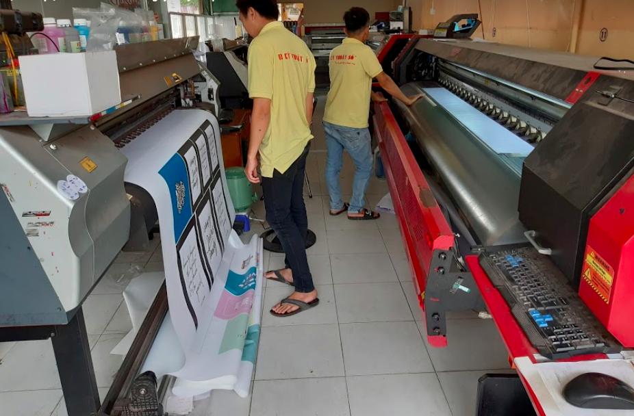 Nhân viên vận hàng máy in tại xưởng