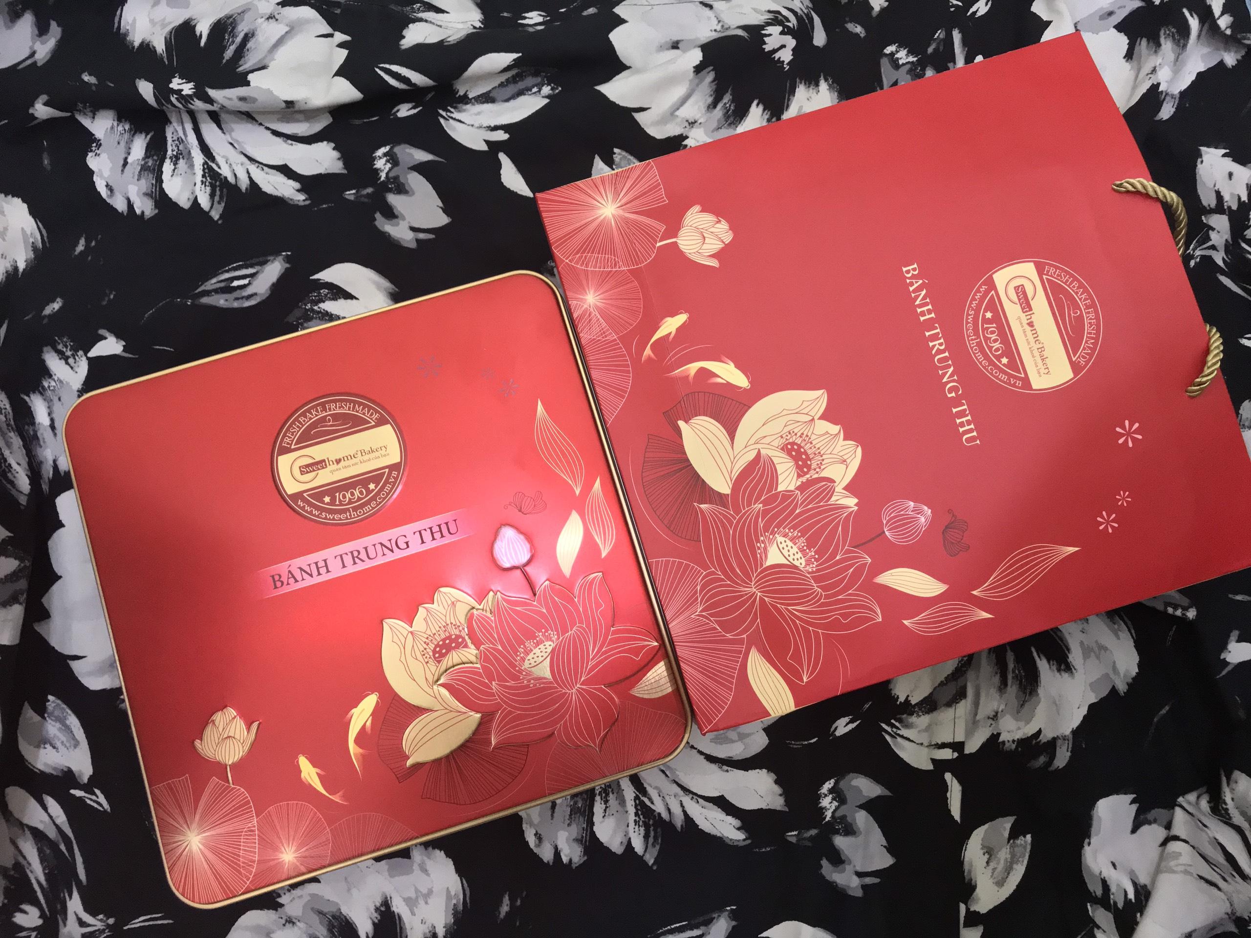 Bộ đôi hộp và túi giấy đựng bánh trung tăng thêm sự hoàn hảo cho món quà
