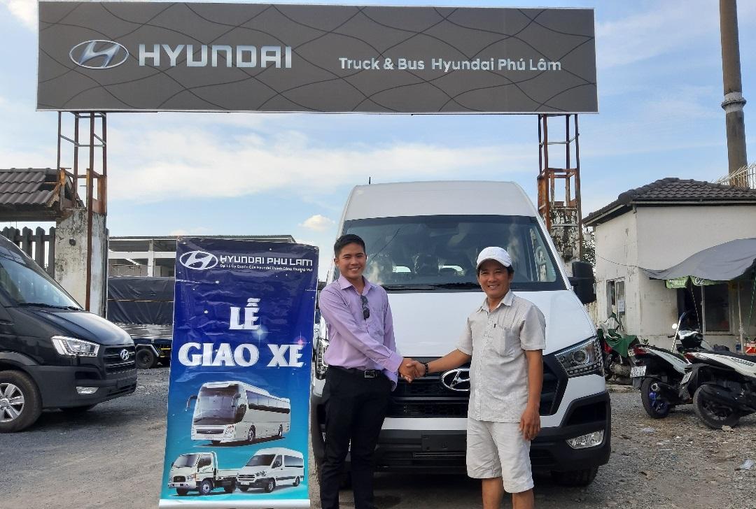 Bàn giao xe Hyundai Solati 16 chỗ màu trắng cho khách hàng ở Quảng Ngãi