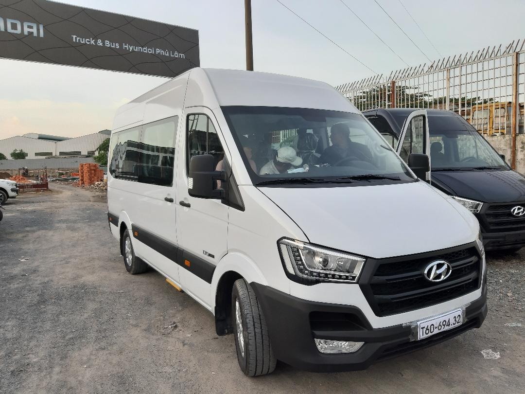 Bàn giao xe Hyundai Solati 16 chỗ màu trắng cho khách hàng ở Quảng Ngãi(1)