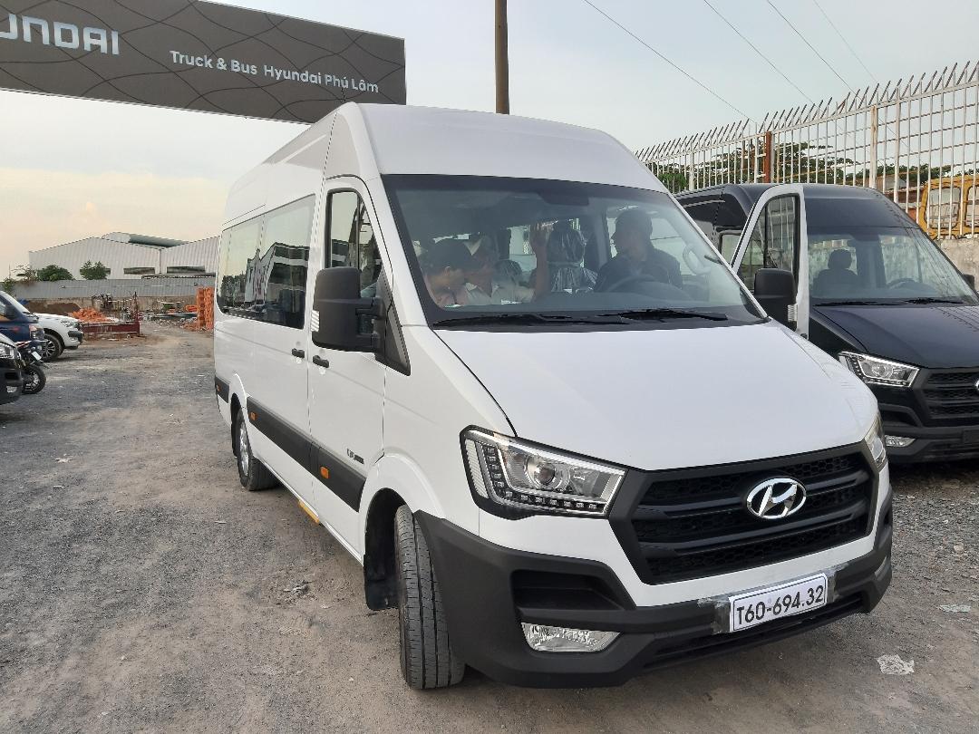 Bàn giao xe Hyundai Solati 16 chỗ màu trắng cho khách hàng ở Quảng Ngãi(2)