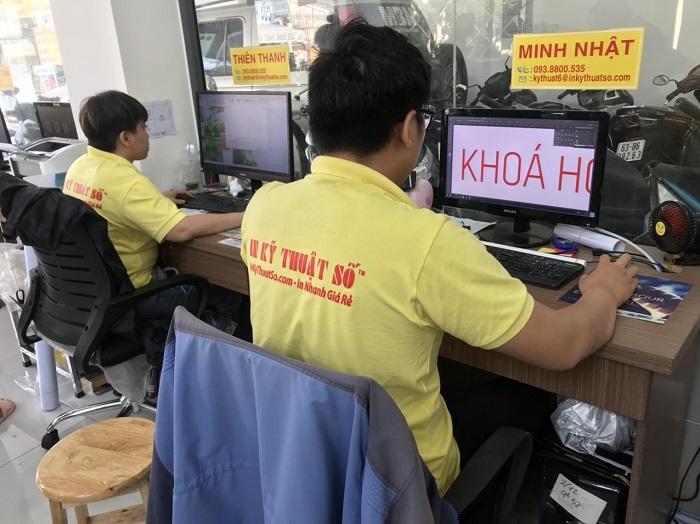 Làm việc cùng đội ngũ đồng nghiệp thiết kế in ấn nhiều năm kinh nghiệm