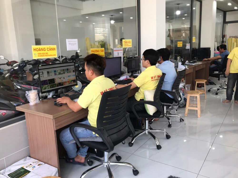 Nhân viên thiết kế đô họa in ấn tại Trung tâm thiết kế in ấn quảng cáo, in nhanh giá rẻ - 365 Lê Quang Định, phường 5, Bình Thạnh, HCM